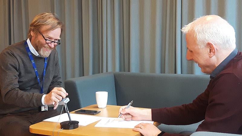 Bild 2 Bild från LUs produktionssättning. Från vänster: Tarmo Haavisto (sektionschef och systemägare för Ladok på Lunds universitet) och Mauritz Danielsson (Konsortiechef).